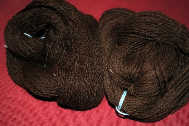 à gauche: écheveau lavé et prêt à être tricoté, à droite: écheveau prêt à être lavé.