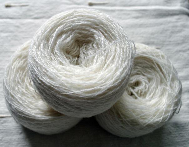 Fil dentelle mérinos et cashmere ( 1 fil mérinos, 1 fil cashmere) Très gonflant et fin. 2 plys, 855 mètres. 85,50€